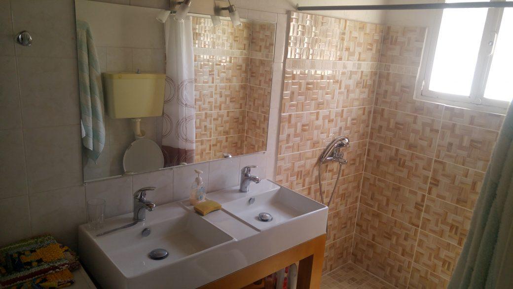 La Salle de bain avec douche a l\'italienne – RENT GRECE